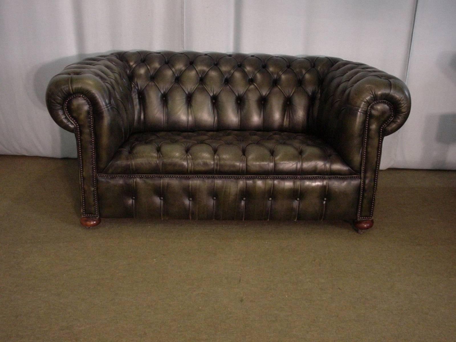 o acheter un canap chesterfield cuir vert deux places. Black Bedroom Furniture Sets. Home Design Ideas